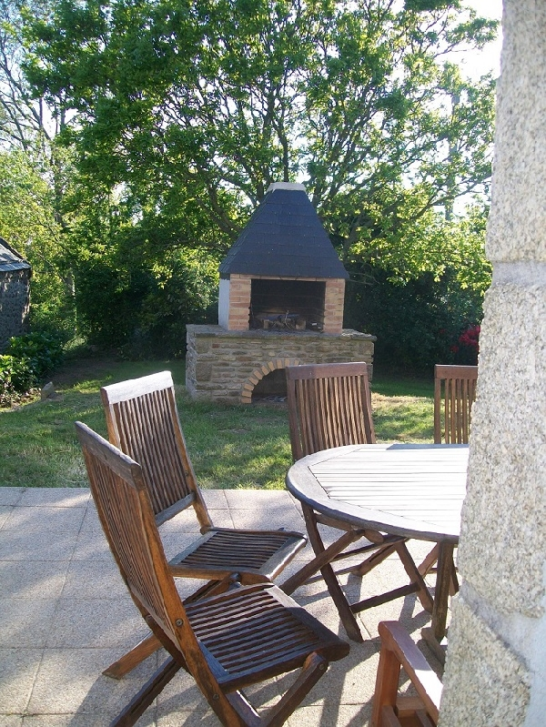 le barbecue près de la terrasse ! très apprécié !.....