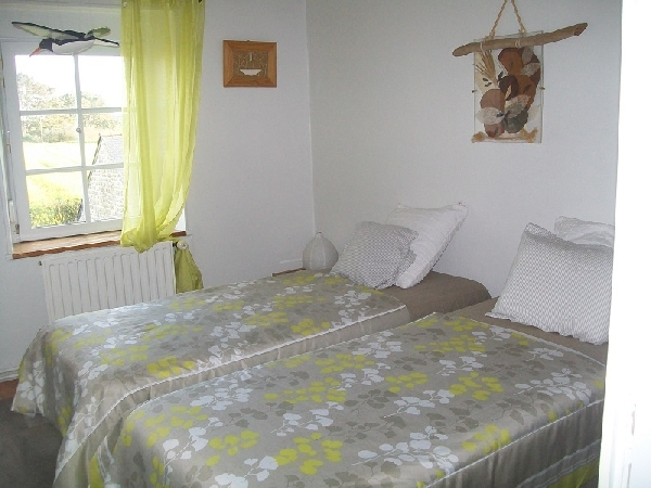 la chambre avec deux lits 90 .